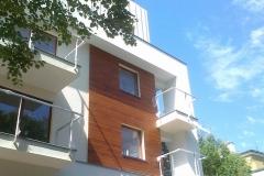 deski na fasadzie budynku